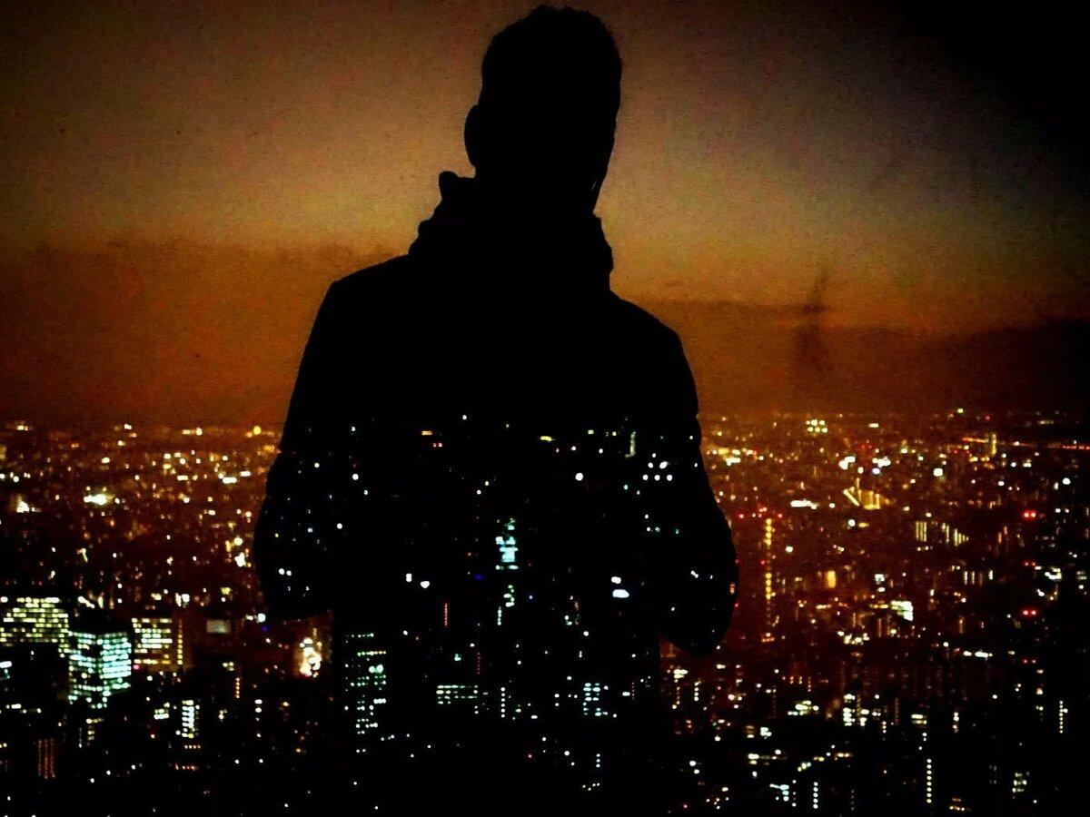 можешь картинки человек на фоне ночного города опытные