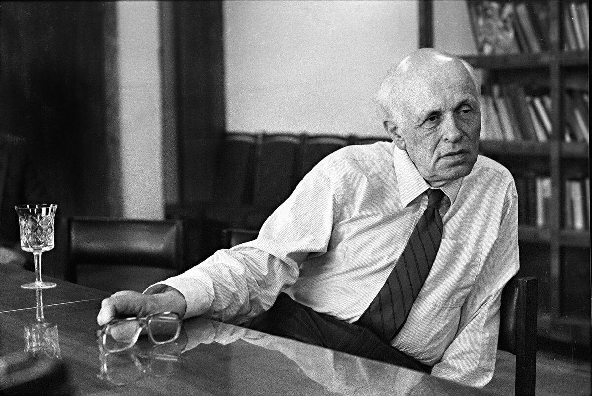 23 октября 1953 года Андрей Сахаров избран действительным членом АН СССР