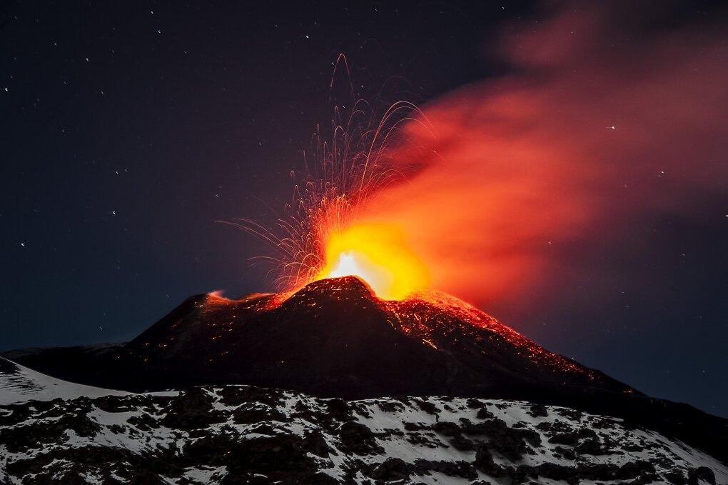 Картинка вулкан извергающий