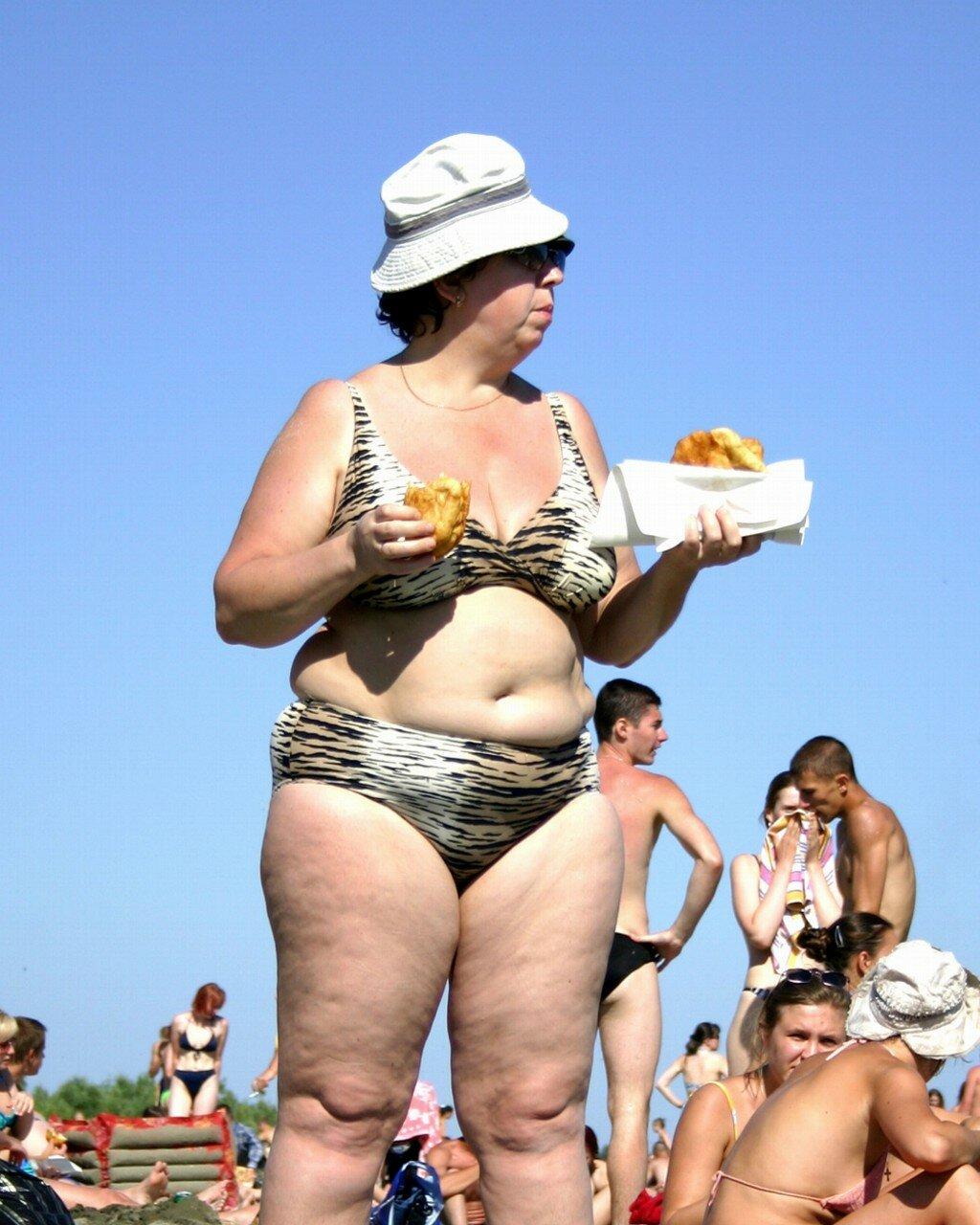 Толстая тетя на улице фото