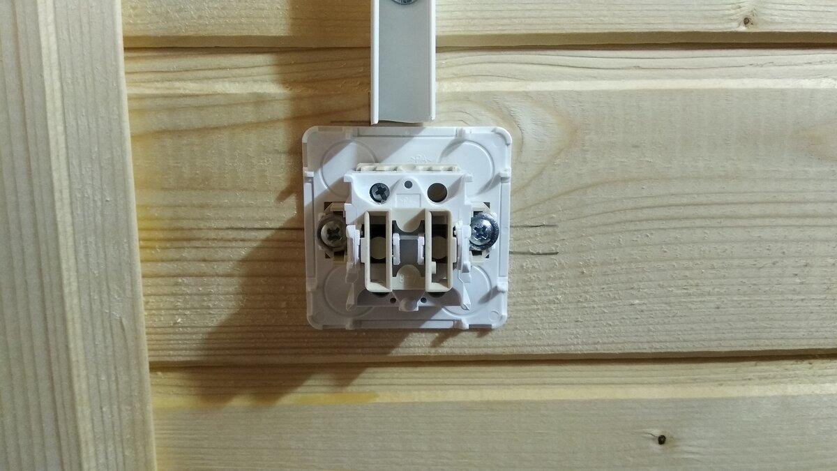 Установка накладного выключателя в деревянном доме