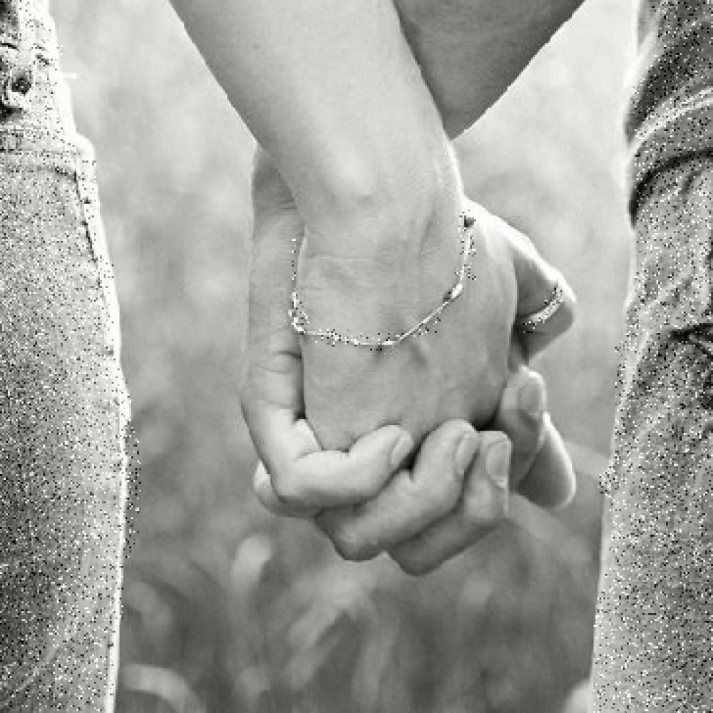 Картинки пары держатся за руки черно белые