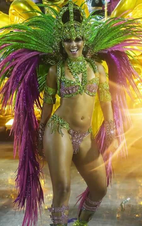Девушки в карнавальных костюмах бразилия
