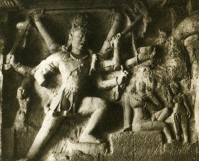 Бог Шива, сражающий демонов. Барельеф из храма Кайласанатха. Индия, VIII в.