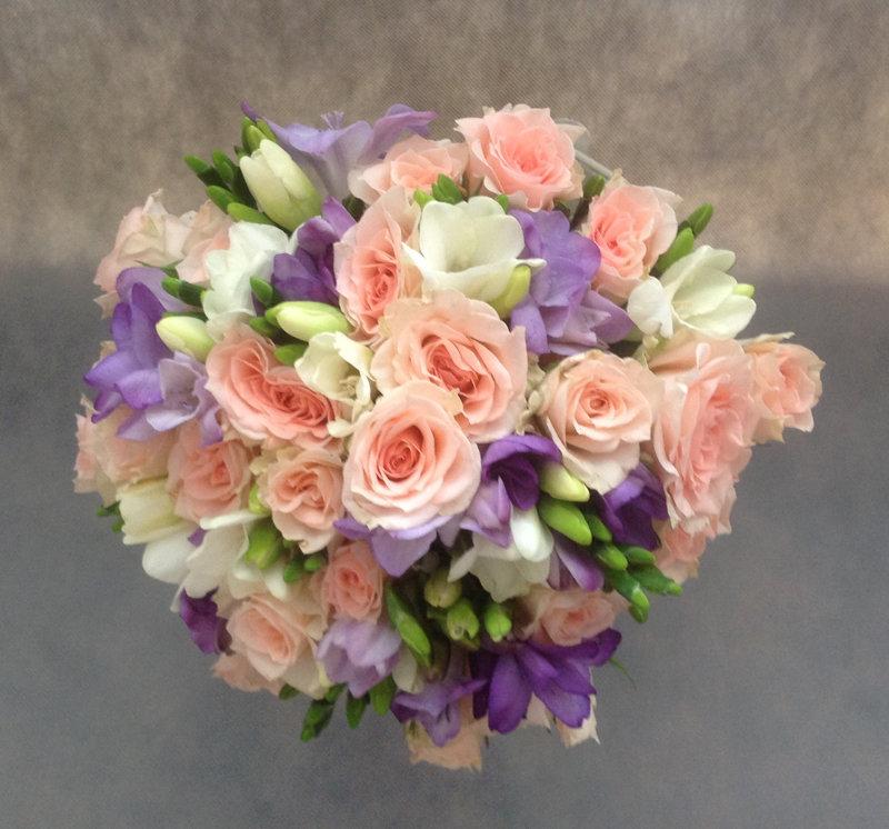 Свадебные букеты из подмосковных роз и фрезий, магазин доставки