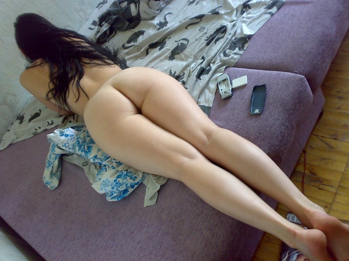 Голые девушки на лежат животе
