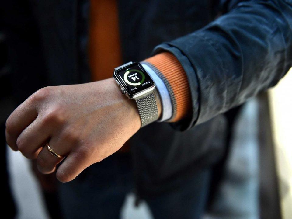На какую руку одевают часы