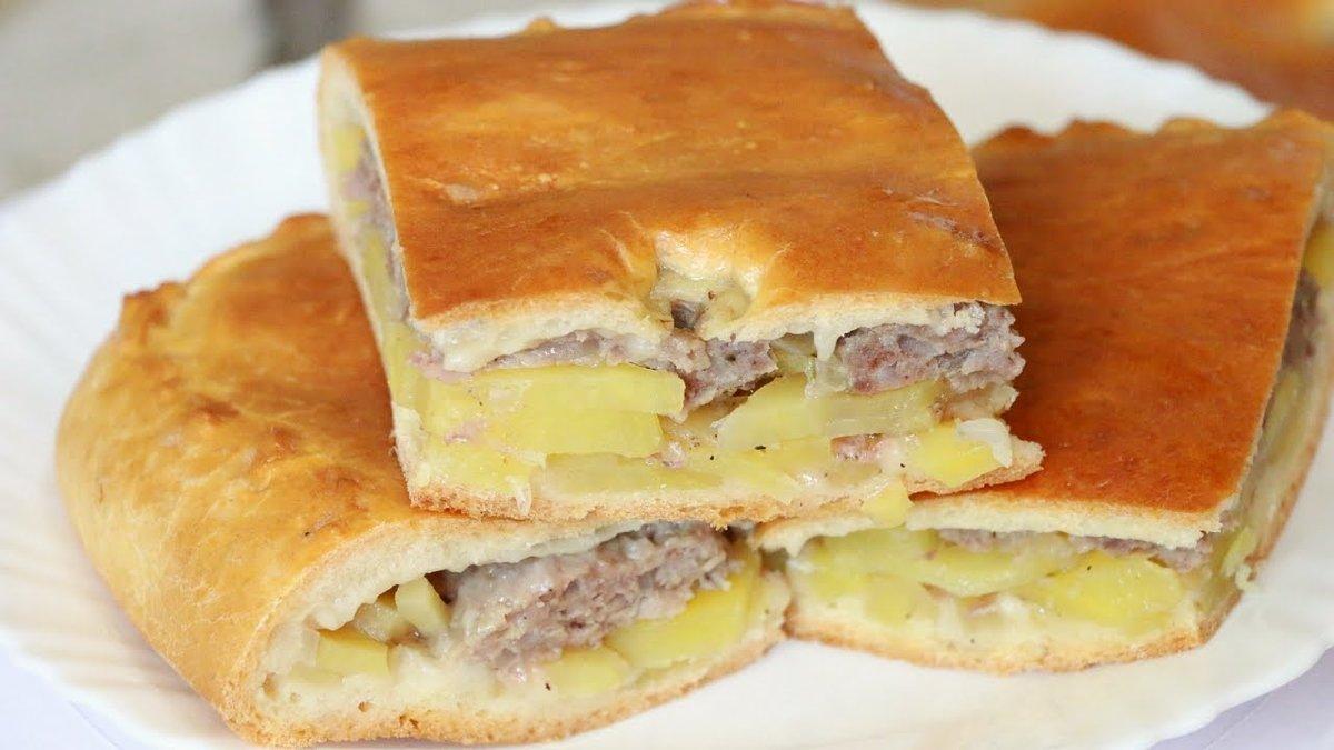 В духовке, пироги с картошкой, пироги с мясом.