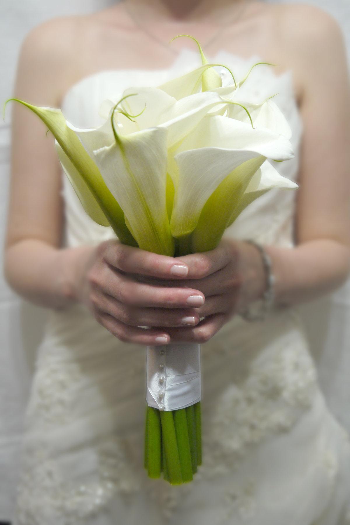 База цветы, свадебный букет из крупных калл