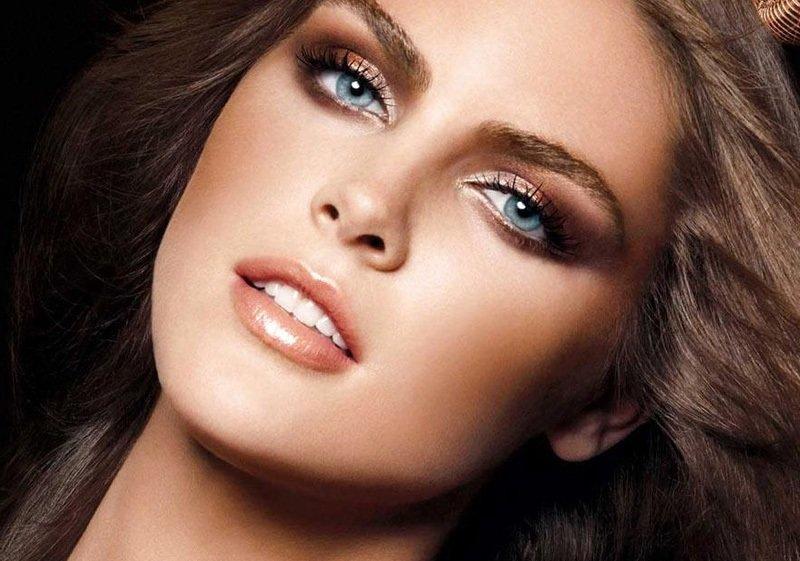 Например, кареглазым женщинам лучше подойдет глубокий благородный тон средства, а дамам с голубыми глазами — помада самого чистого красного тона.