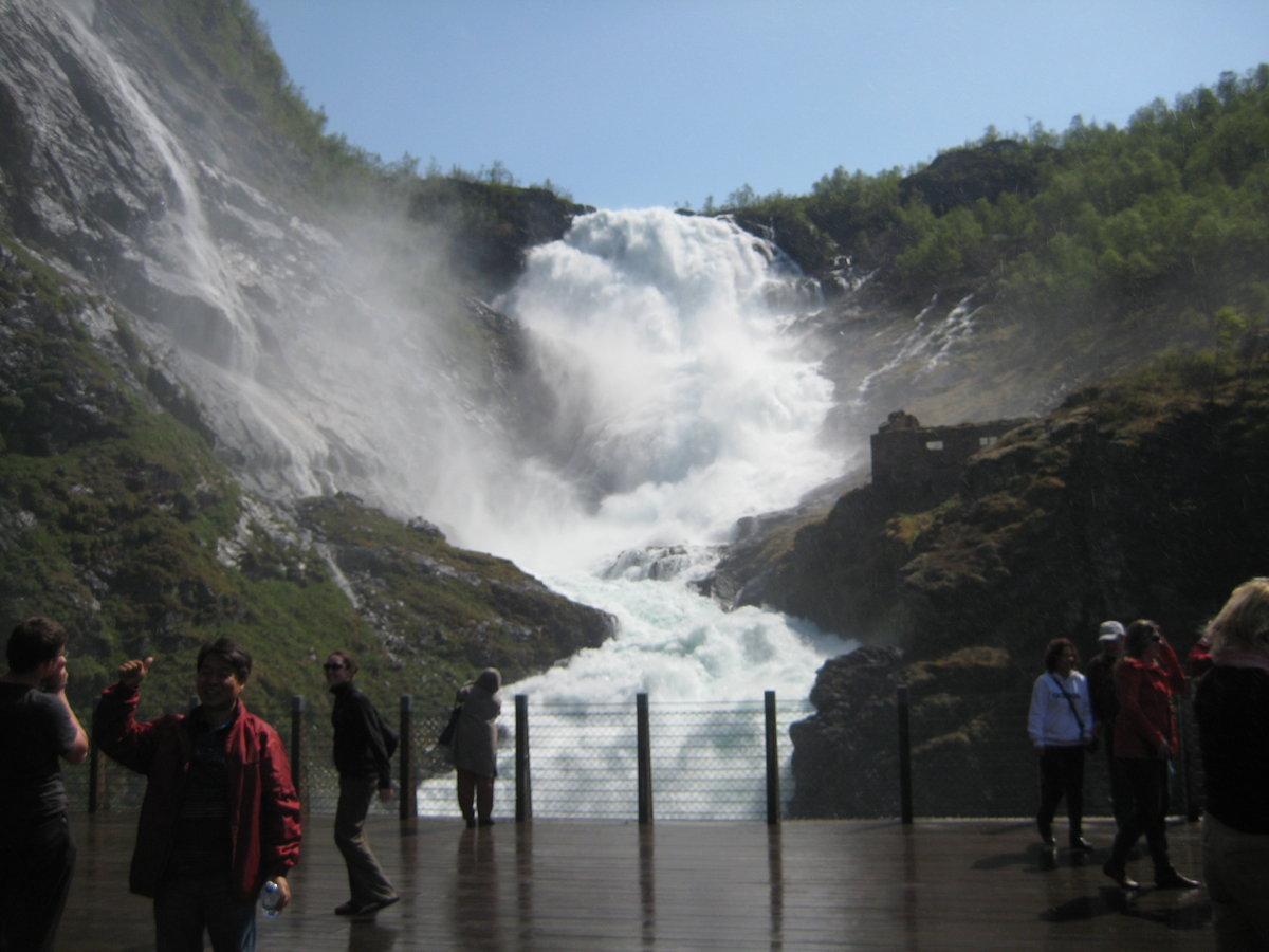 бушующий водопад в картинках статье объясняются причины