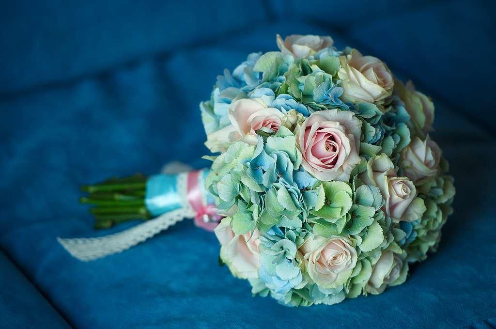 Бело бирюзовый свадебный букет из живых цветов