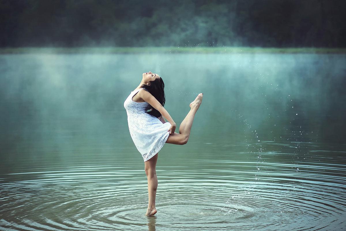 женщины, фото девушки у воды нее большая