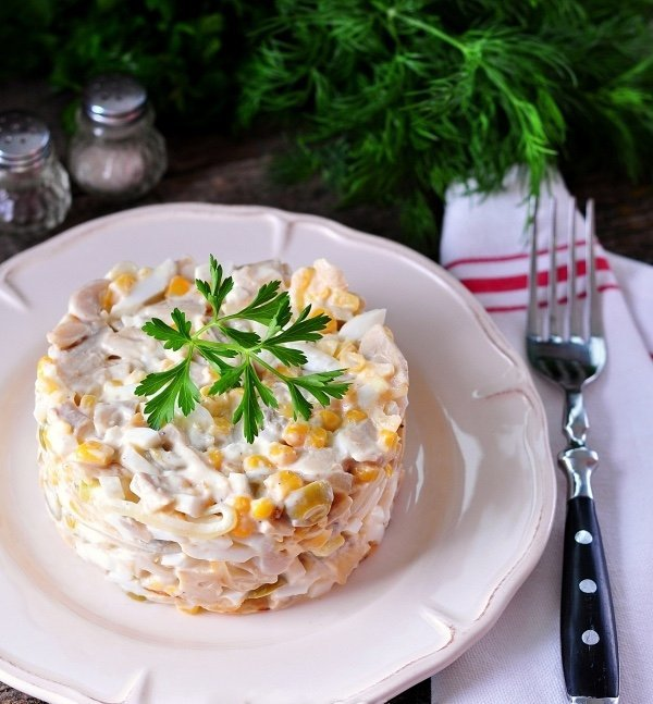 Салат с шампиньонами – блюдо, приготовленное из обработанных шампиньонов с добавлением других продуктов.