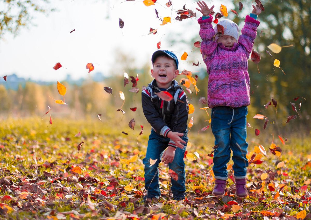 Февраля, картинки дети осенью играют