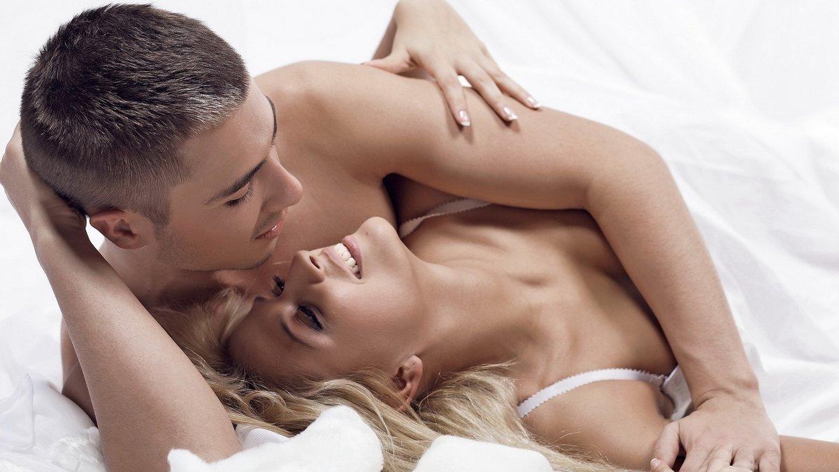 пара в кровати на белом
