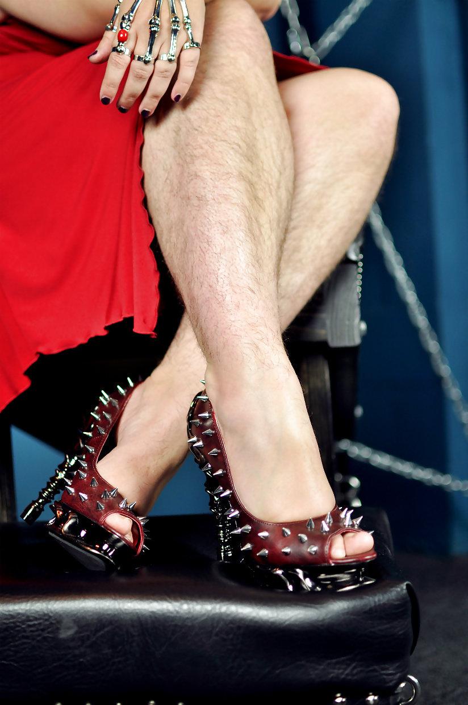Трахает доводит фото волосатые ноги женщин