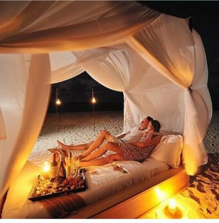 самый нежный секс при свечах на большой кровати
