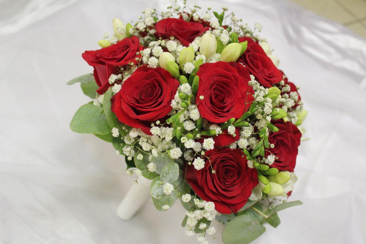 Букет свадебный яркий из красных роз и фрезий