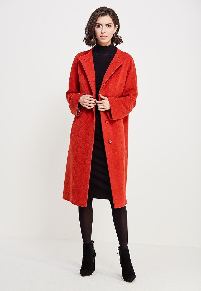 Женское демисезонное пальто Синар прямого кроя. Модель выполнена из  шерстяного драпа. Детали  круглый 48be74af179c4