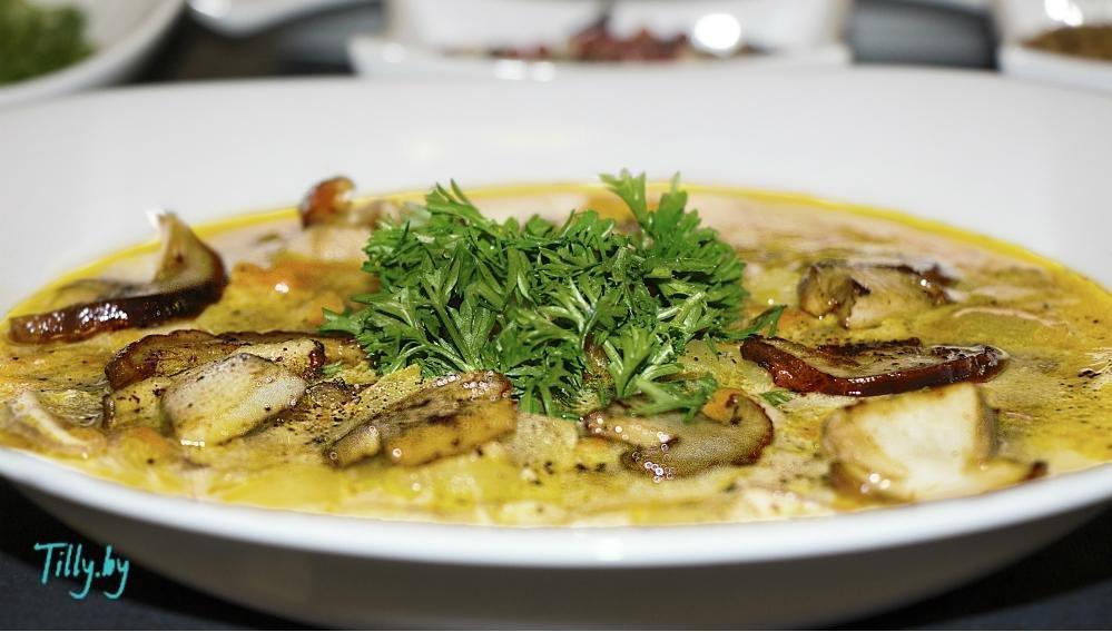 Грибы — 50 грамм белых сушеных грибов, шампиньоны — грамм, сыр плавленный — грамм, лук репчатый белый — грамм, сыр голубой — грамм сыра с плесенью, батон — грамм, масло оливковое — милилитров, чеснок — 3 зубчика, соль — по вкусу, перец черный — по вкусу.