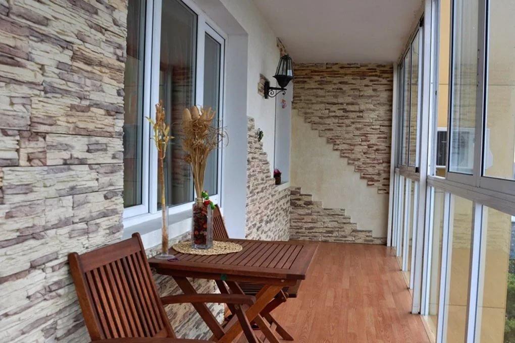 Примеры балкона с декоративным камнем.