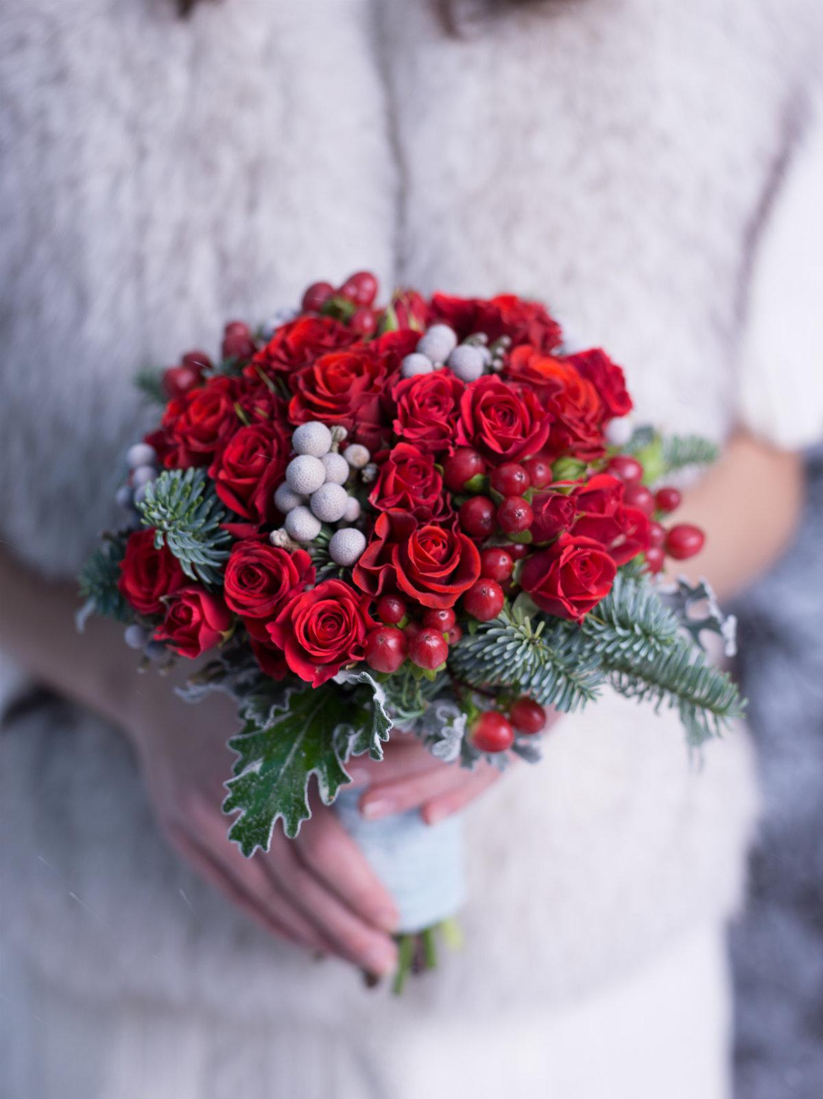 Свадебный букет зелено-красный, лент хризантемы герберы