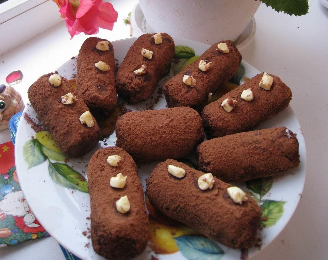 Используется бисквитная крошка, но можно заменить на печенье, на сухари или на пряники.после этого можно обвалять пирожные в сахарной пудре или какао-порошке….