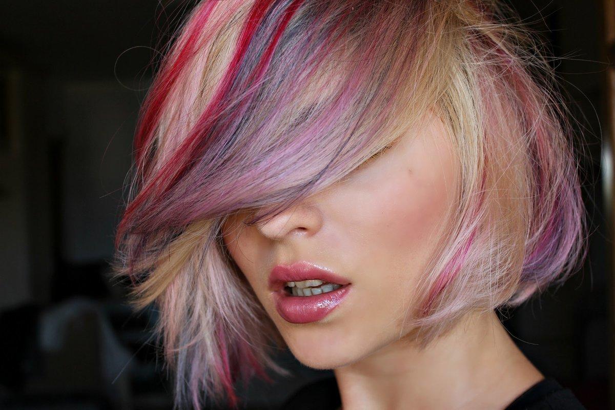 цветные пряди в волосах коротких фото этого