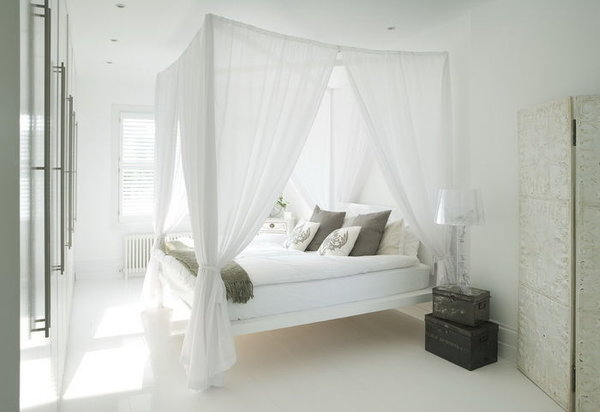 Незначительные вкрапления цветных обоев или краски на стенах позволят сделать оригинальный дизайн спальни с белой мебелью, при котором все элементы будут смотреться уместно.