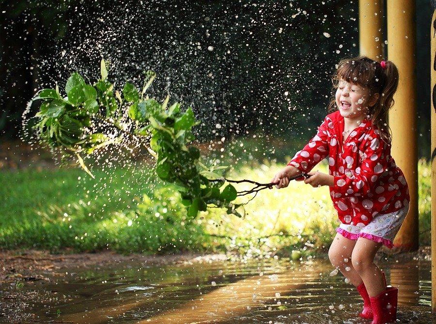 Дети играют под дождем картинки