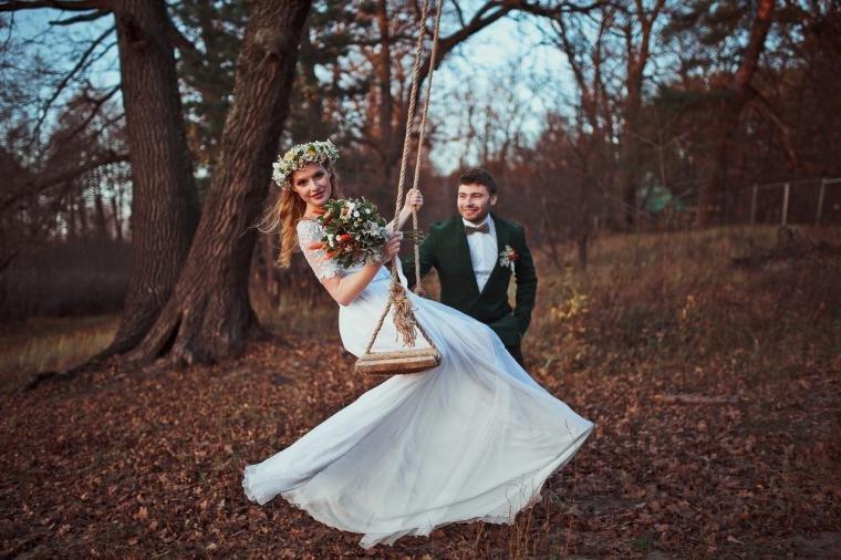 Слово «rustik» переводится как деревенский. Этот стиль славится своей простотой. Именно это его главный нюанс и особенность, которая отличает его от всех остальных свадебных стилей.