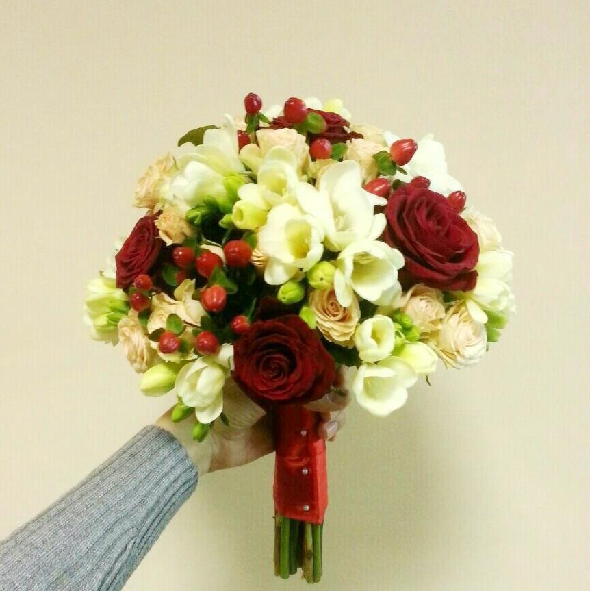 Цветов, свадебный букет из красных роз и белых фрезий фото