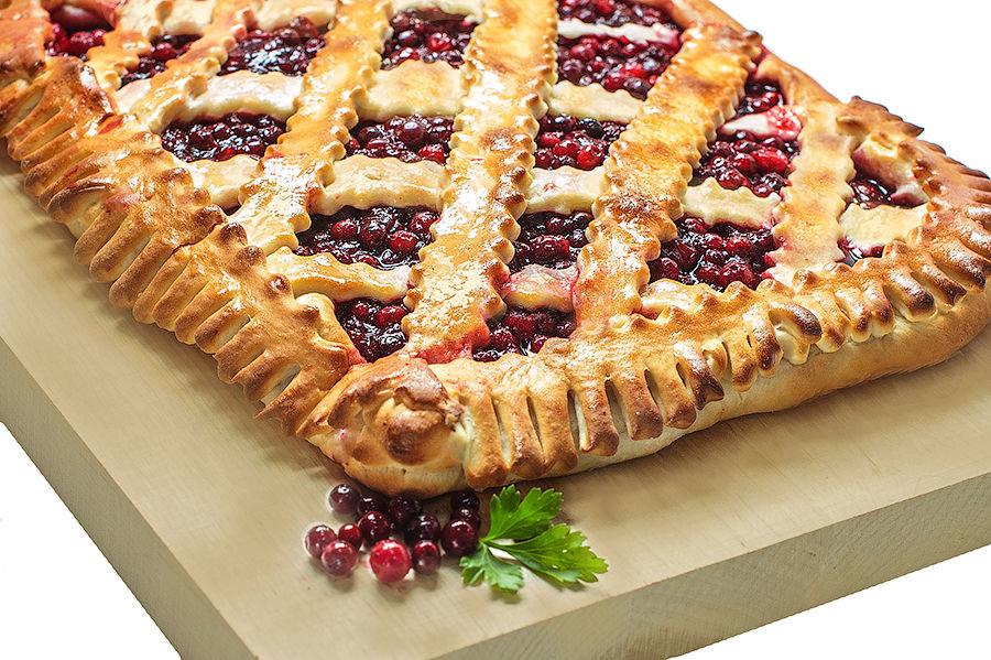 Открытый пирог с брусникой получается в меру сладким, с тонким тестом.