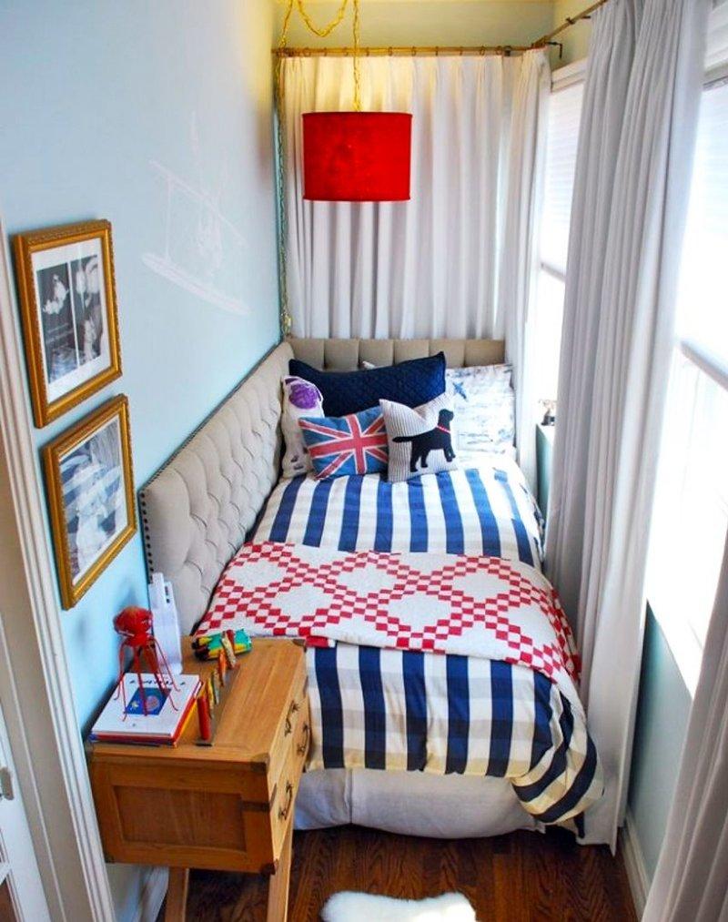 Комната на балконе с кроватью.