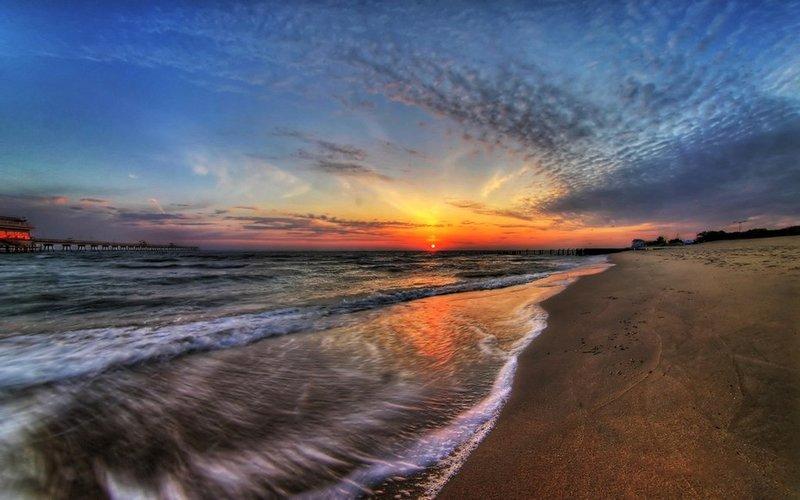 Неспокойное море на фоне рассвета.