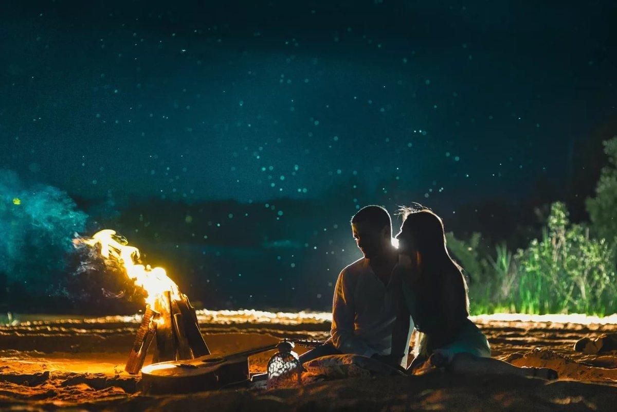 Картинка двое у моря ночью должном