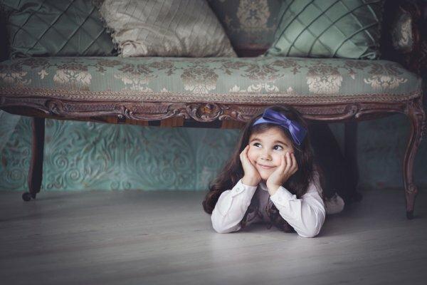 Портрет девочки под диванчиком. Фотограф Анна Квятек.