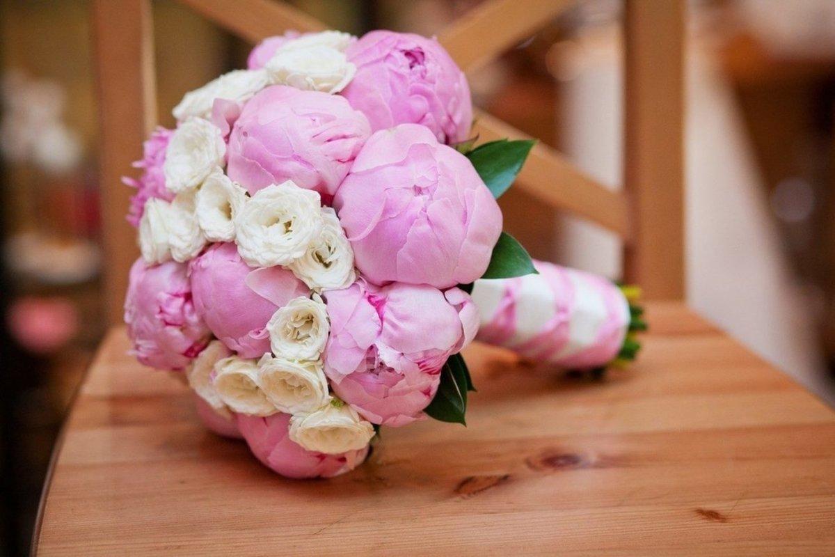 Стильный букет для невесты из пионов и роз, купить