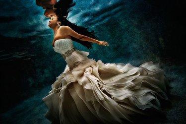 1587a7b90eb7 52 карточки в коллекции «Свадебная фотосессия под водой ...