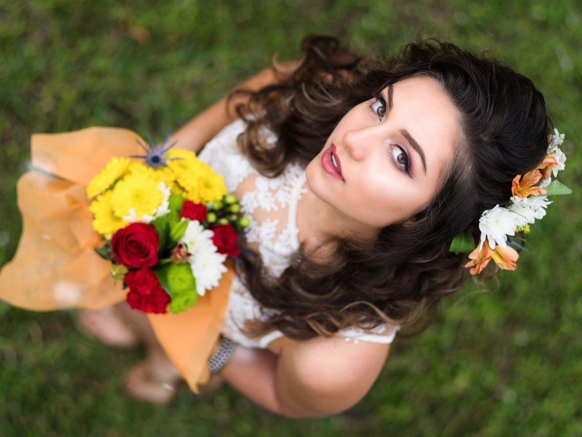 Цветы и брюнетка картинки