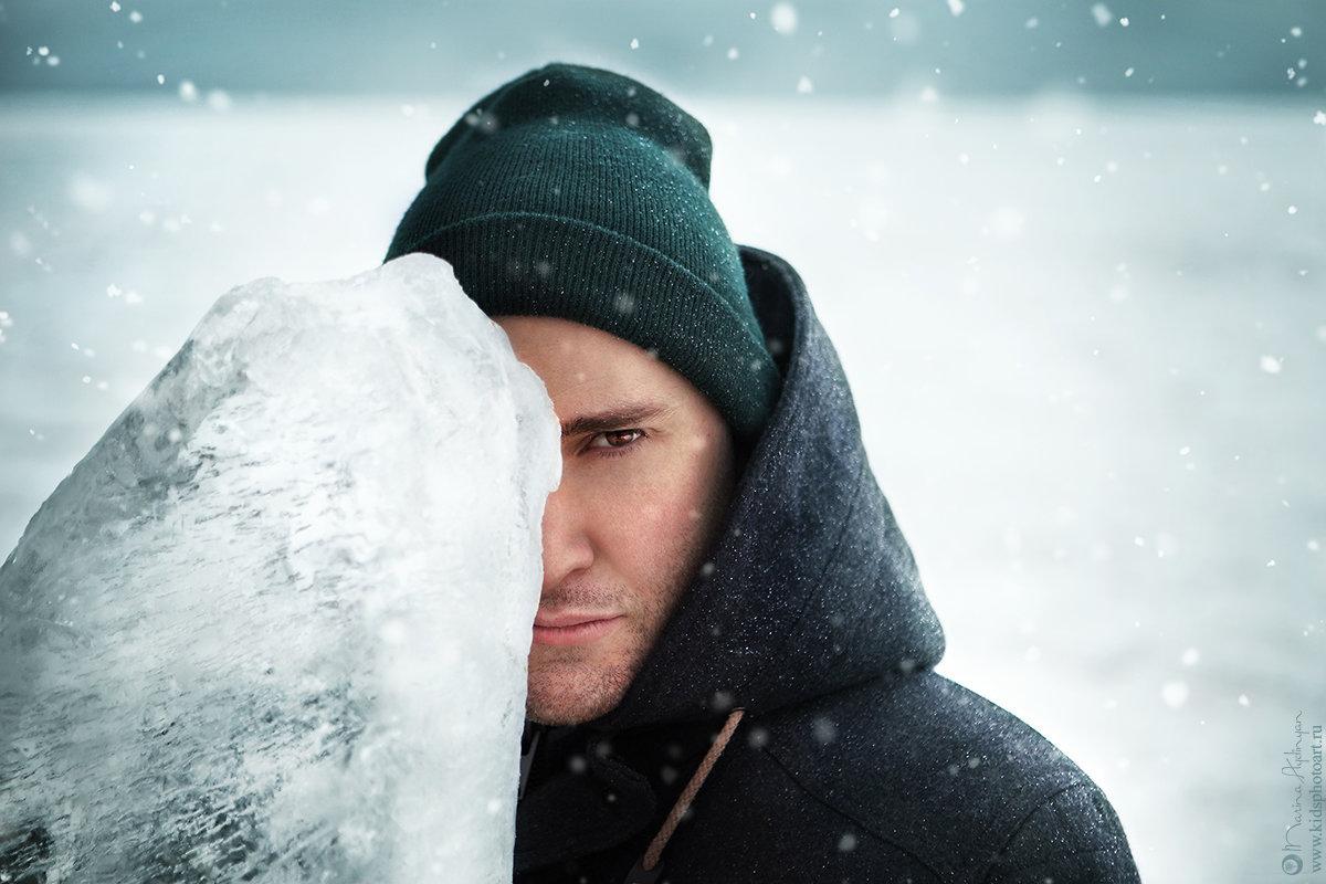 фото мужчина зимой в лесу несколько лет