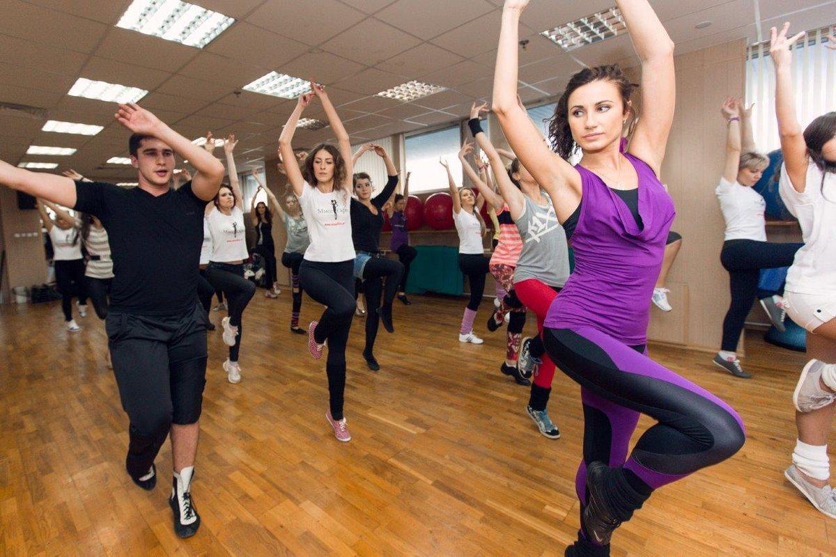 - классическая аэробика; -упражнения на координацию; -упражнения с элементами стретчинга в настоящее время оздоровительными тренировками занимаются миллионы людей.