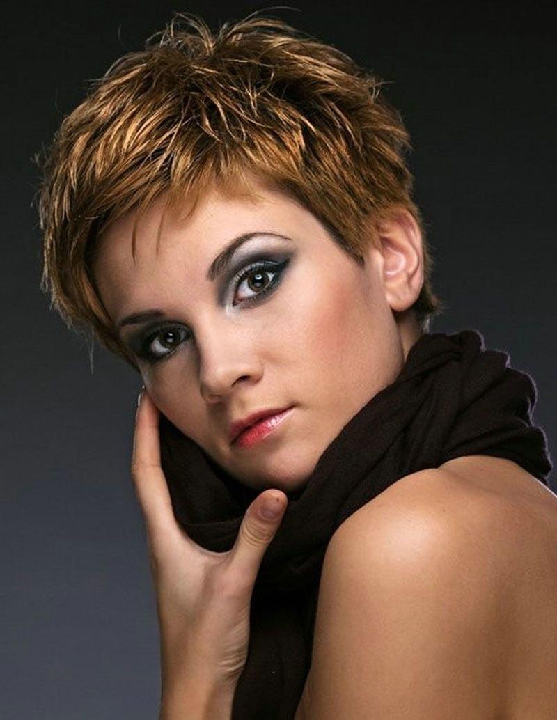 Чтобы тонкие волосы выглядели ухоженными, держали форму, парикмахеры советуют стрижки с объёмной чёлкой и ровной окантовкой.