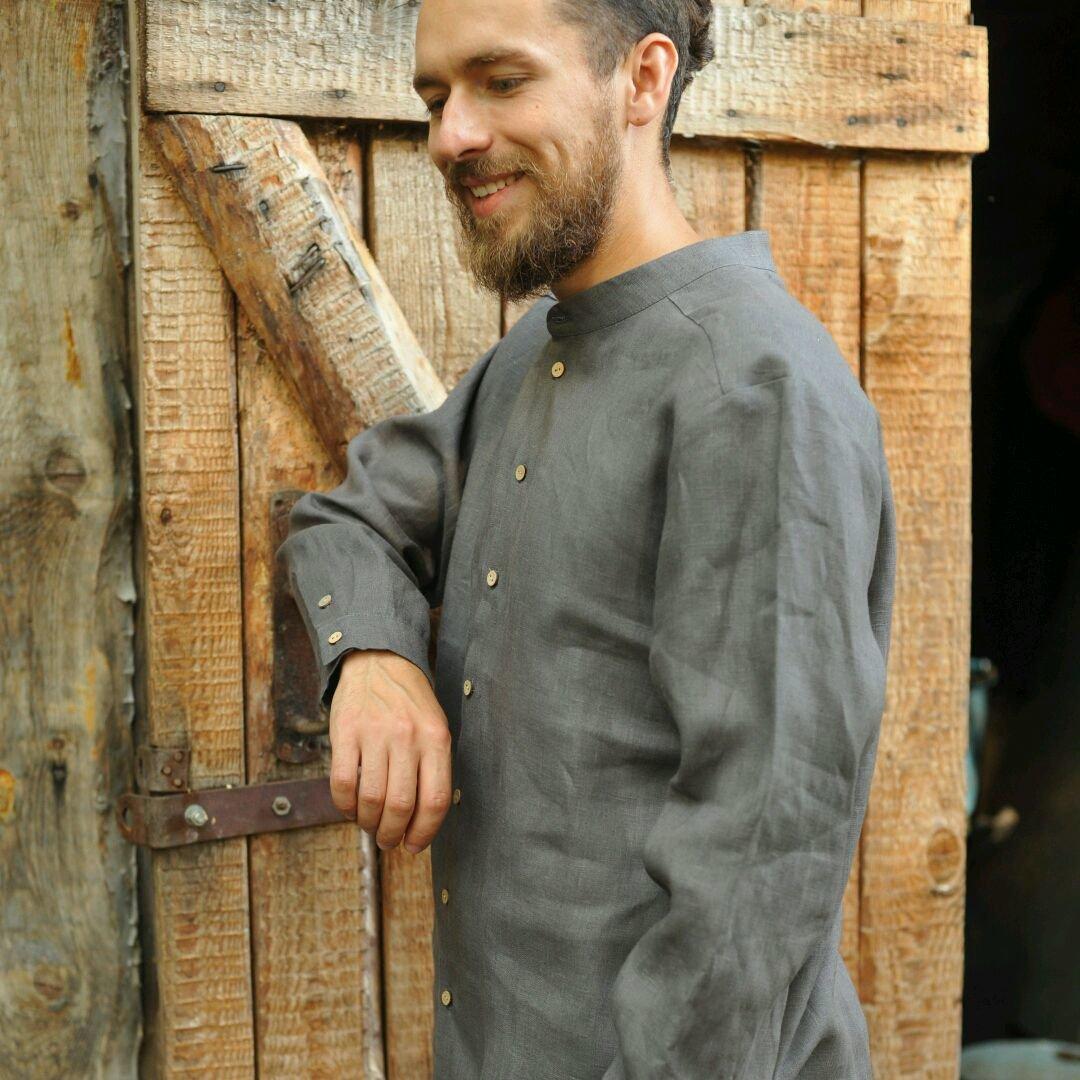 96c2798190d0848 ... Мужская рубашка из графитового льна. Воротник - лежачая стойка,  застежка спереди насквозь на кокосовых