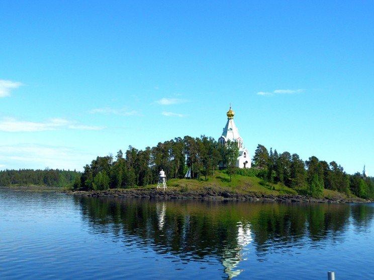 Отдых в Карелии привлекает туристов, путешественников, рыбаков неповторимым обаянием северной красоты, прекрасной возможностью для активного отдыха, уникальные памятники природы и неизменное радушие людей, проживающих на этой нетронутой земле.