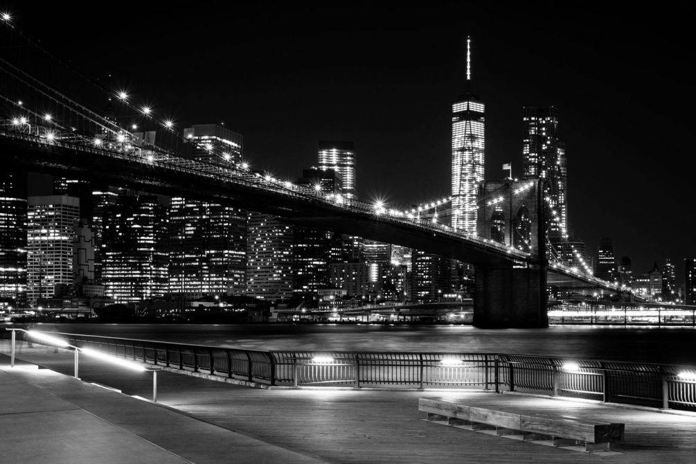 Яркие огни ночного города. Монохромная фотография Нью-Йорка.