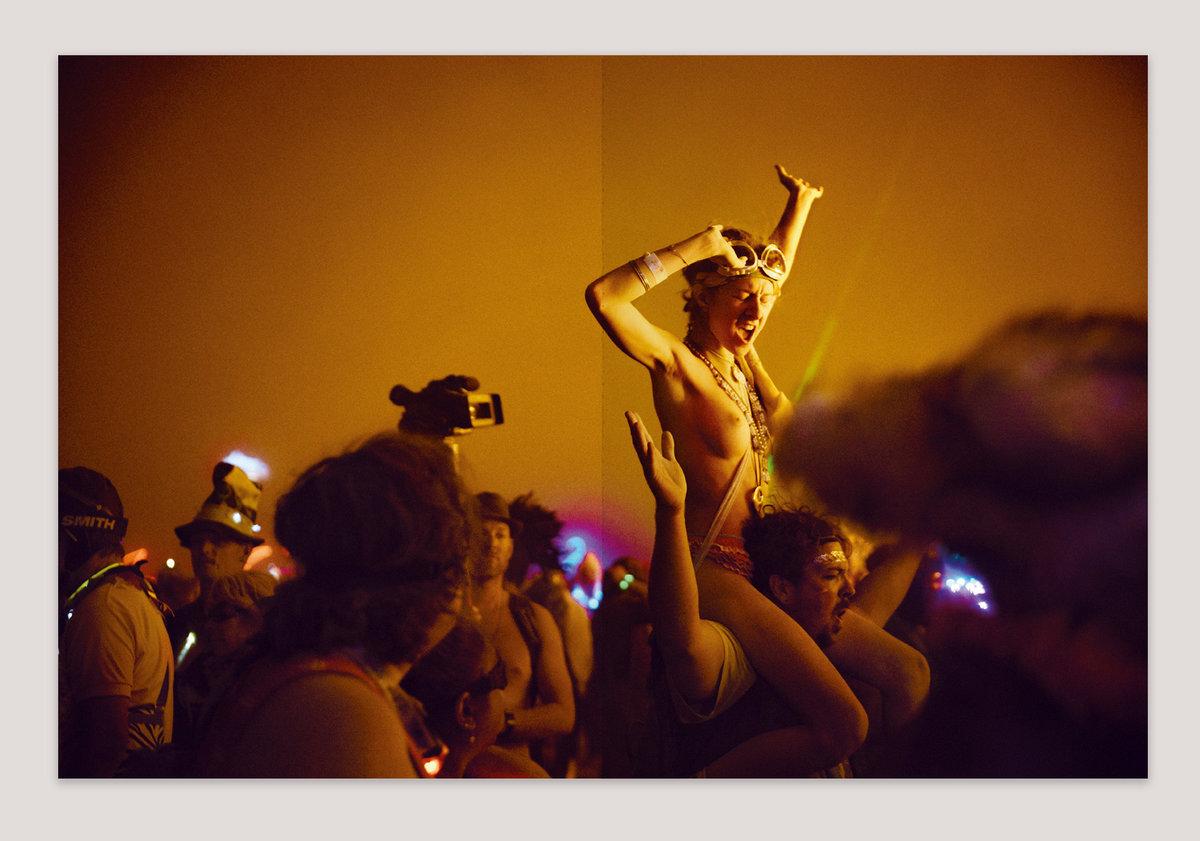 Singer naked while singing