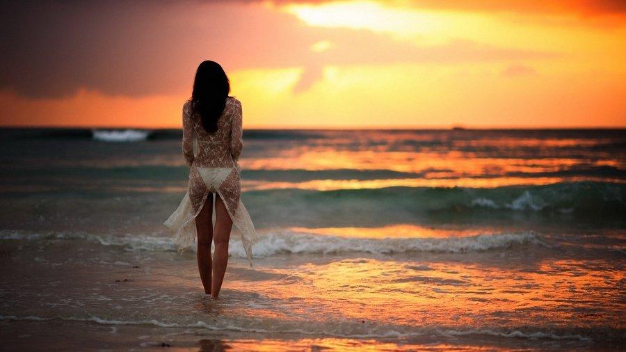 Картинки девушек на море со спины на закате