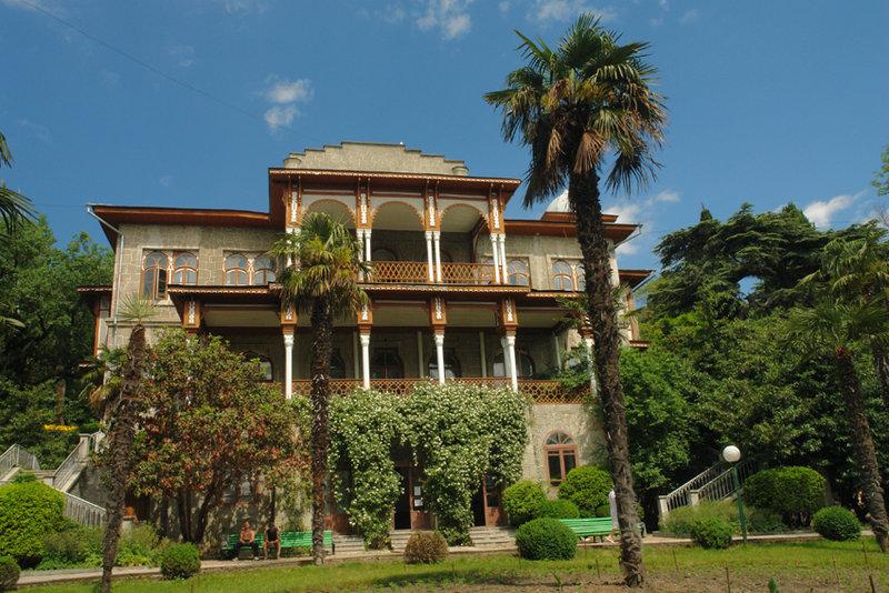 Дворец Карасан (Усадьба Раевских). Название дворец получил от персидского «Хорасан», что означает – «восход солнца».